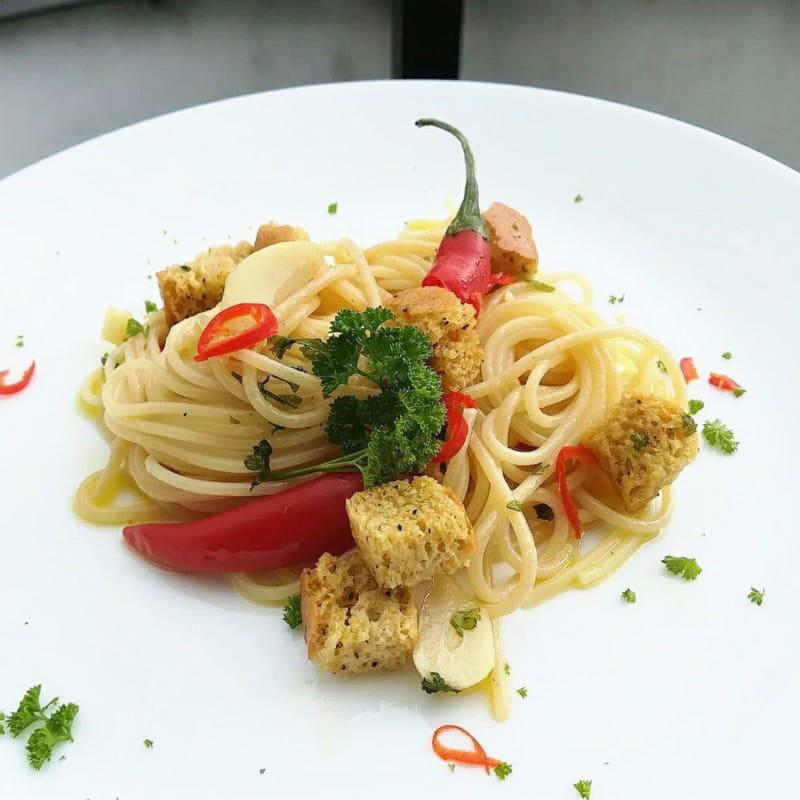 Spaghetti aglio,olio e peperoncino con crostini al pepe e sale.