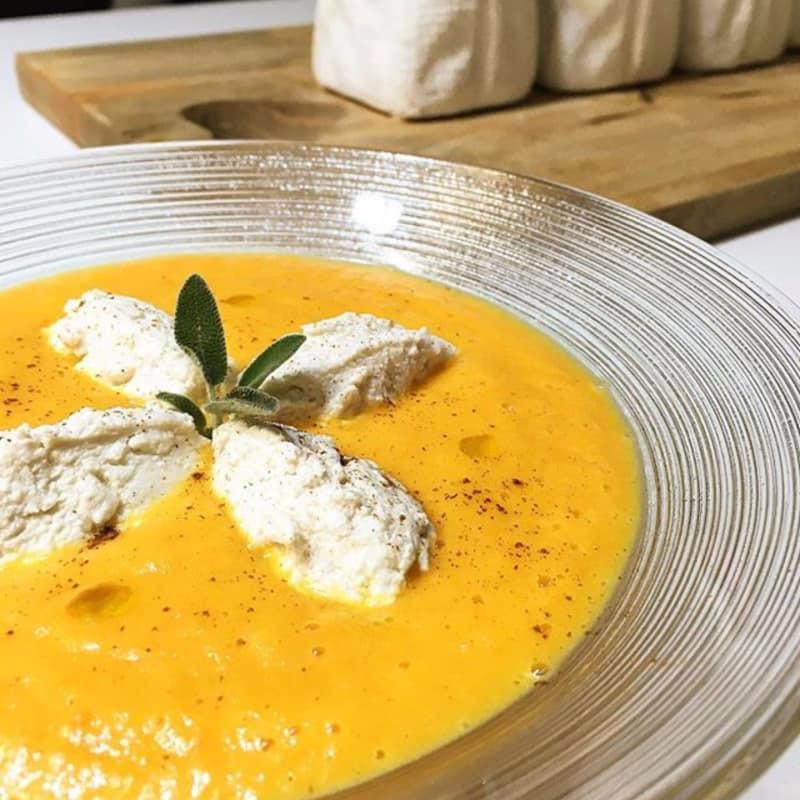 Crema de zanahoria sopa con albóndigas de requesón con canela