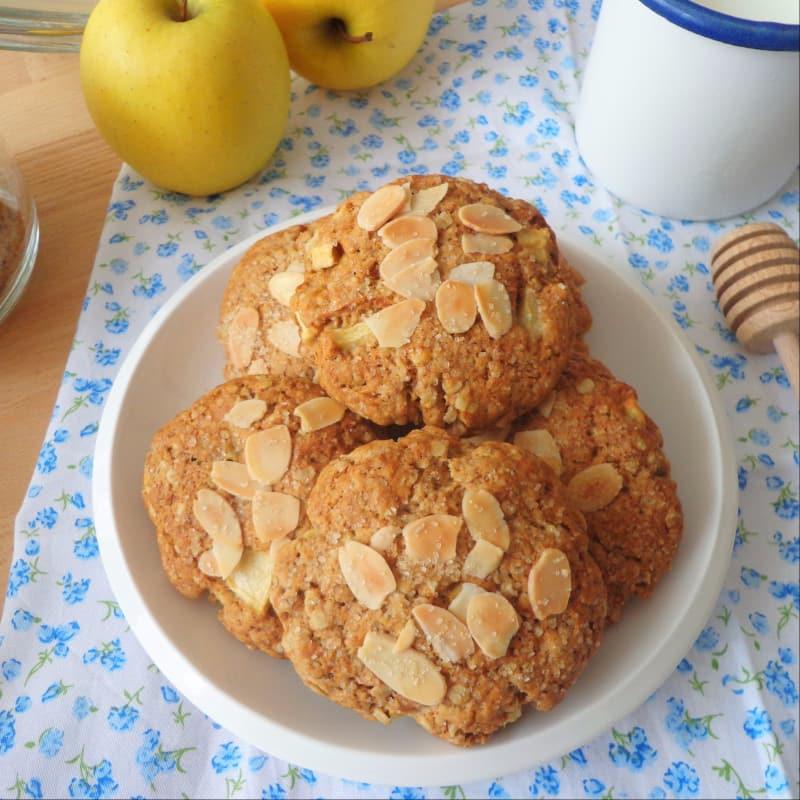 Galletas con las manzanas y los copos de avena