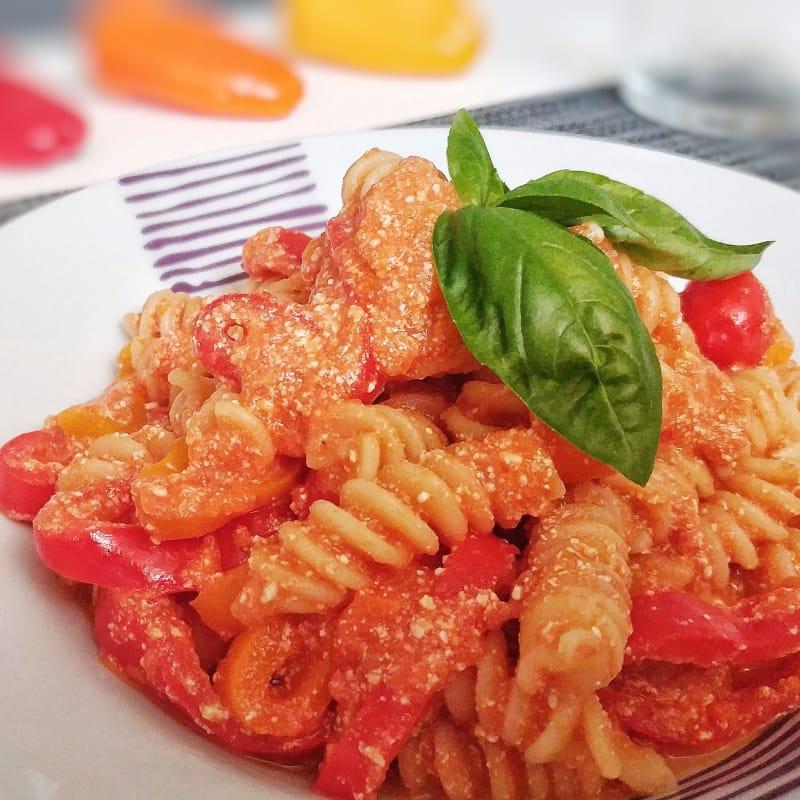 Fusilli con salsa de tomate, pimientos dulces, ricota y albahaca