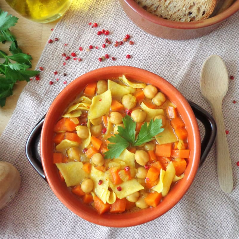 sopa de pasta, garbanzos y la cúrcuma