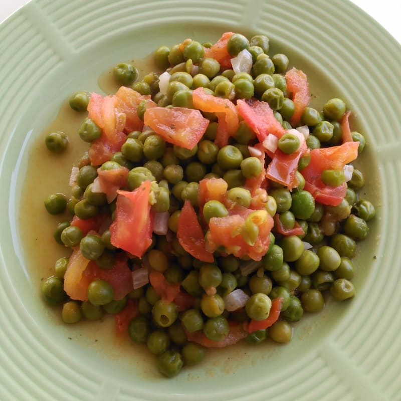 Peas with garlic and tomato