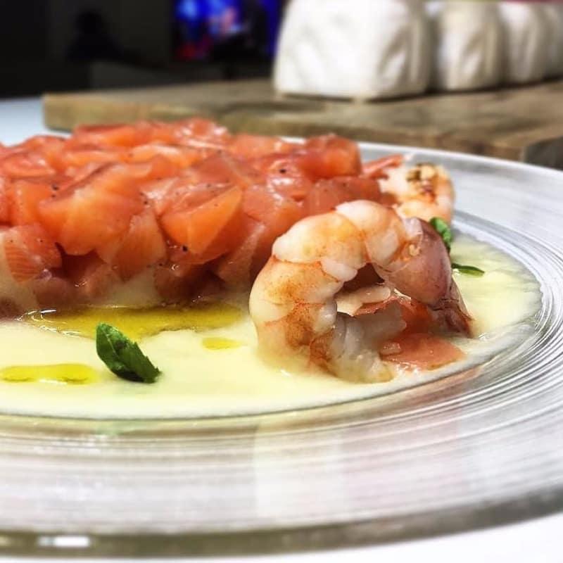 Tartare di salmone, crema di cavolfiore e gamberi.