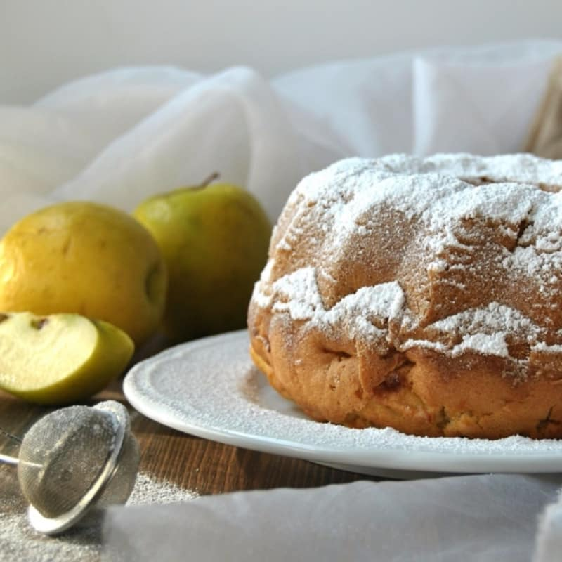 Donut with spelled flour, apples and cinnamon
