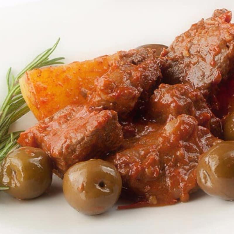 Carne de vaca cocida con oliva Nocellara naturales