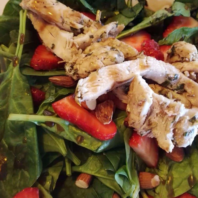 Ensalada de espinacas con fresas y almendras