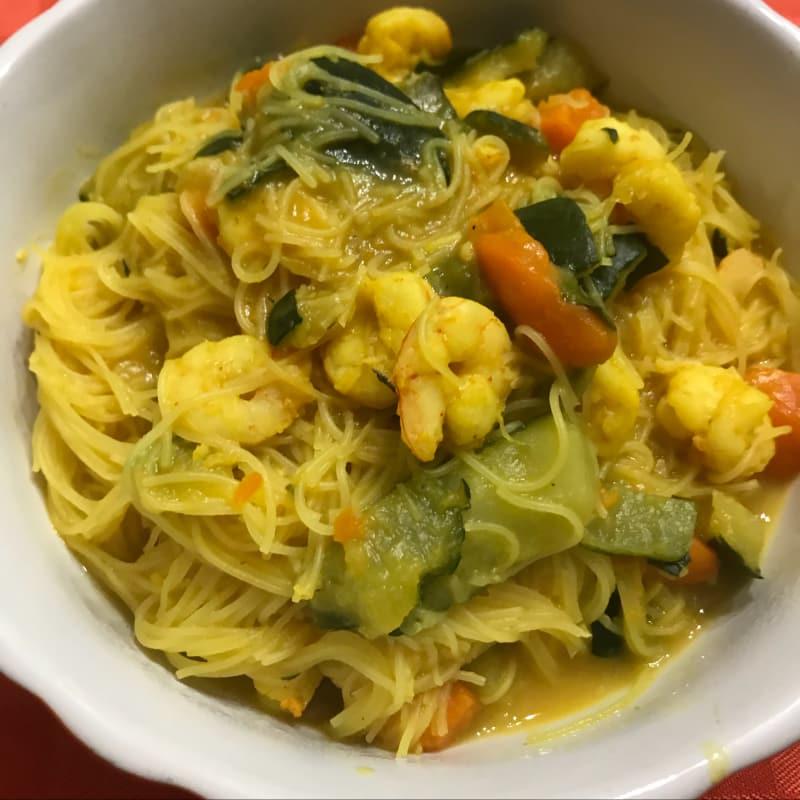 fideos de arroz con verduras, gambas y cúrcuma