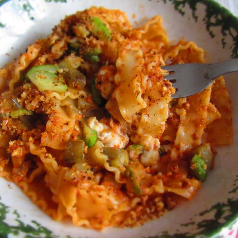 Reginette Filanti con salsa, calabacín y berenjena (en la sartén)