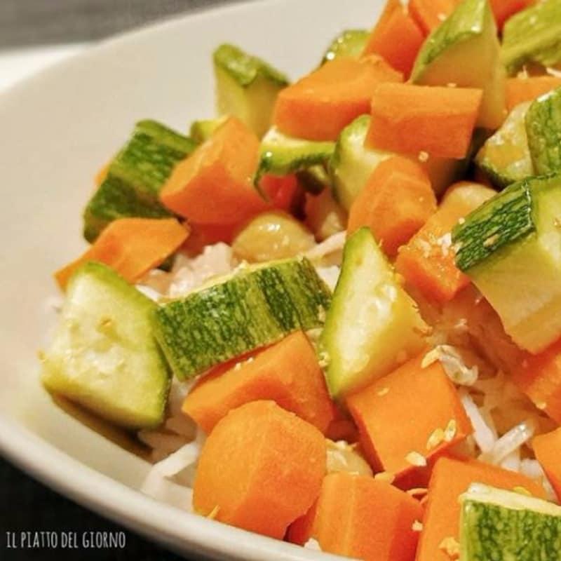 Arroz basmati con verduras al vapor, garbanzos, atún y cebolla crujiente