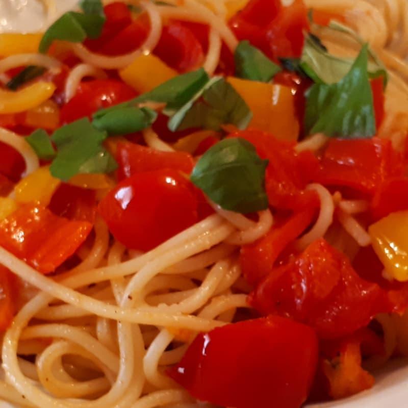espaguetis verano con tomates, pimientos y albahaca