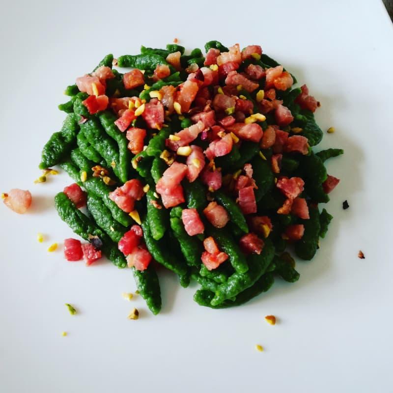 Spätzle con pancetta croccante e pistacchio