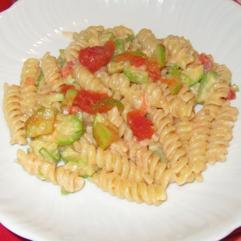 Pasta cremosa con calabacines, tomates frescos y Filadelfia