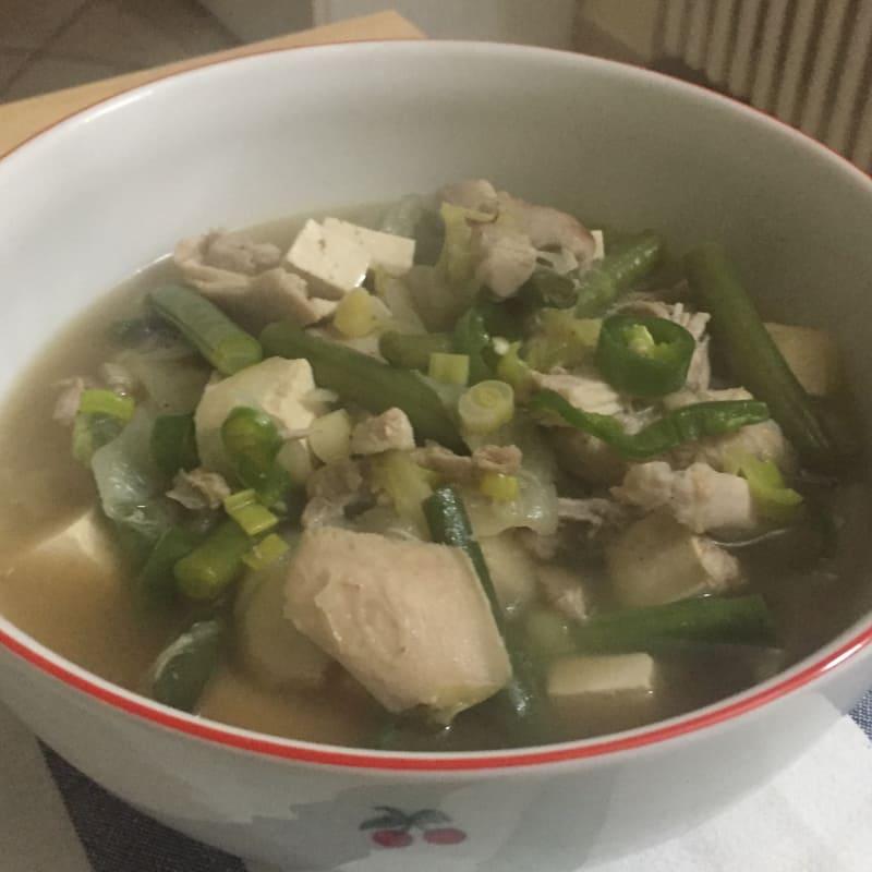 Sopa de pollo con verduras y tofu