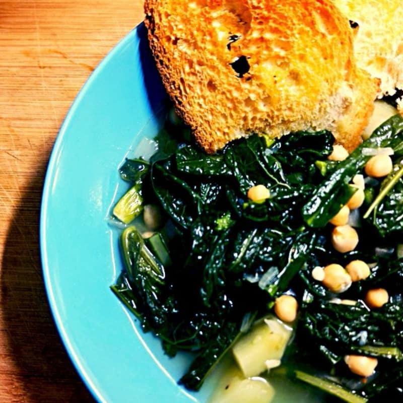 Stufato di cavolo nero e patate con crostoni di pane all'aglio