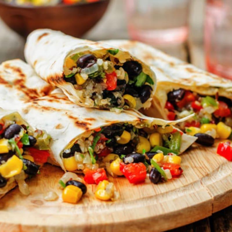 burrito de frijoles y verduras con pico de gallo