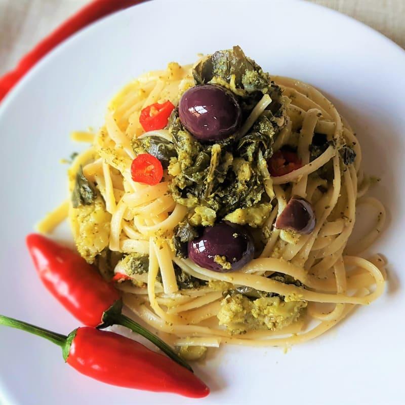 Linguini picante con brócoli y aceitunas negras
