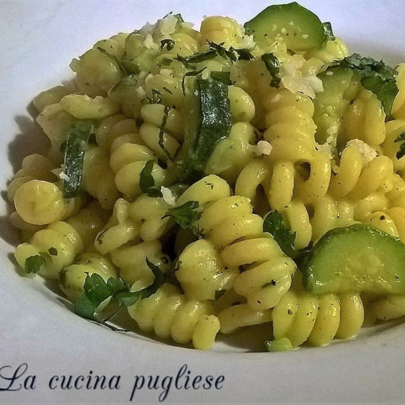 Pasta with cream of zucchini and saffron