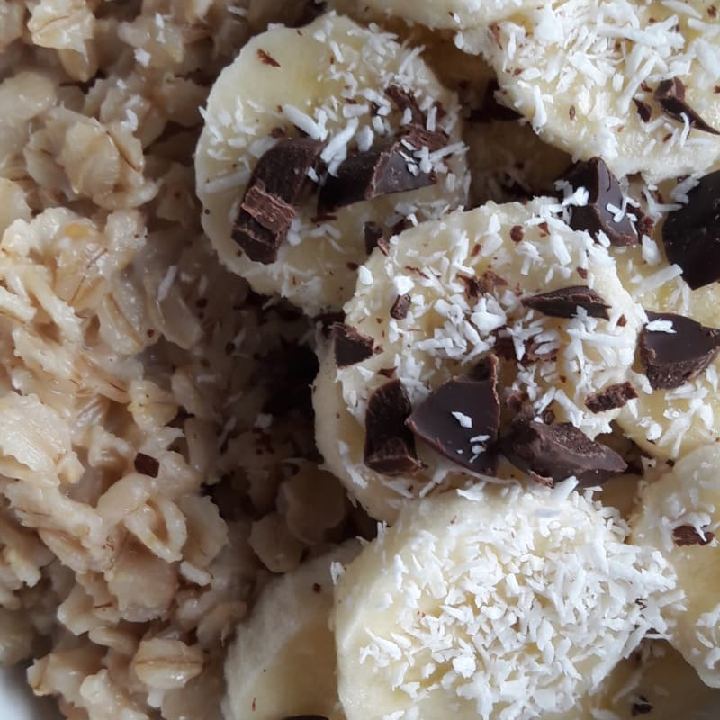 Gachas de avena con plátano, coco y chocolate