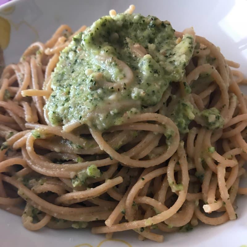 Spaghetti integrali con pesto di rucola e mandorle