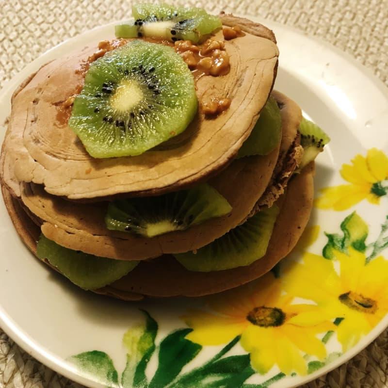 Pancakes kiwi and peanut butter