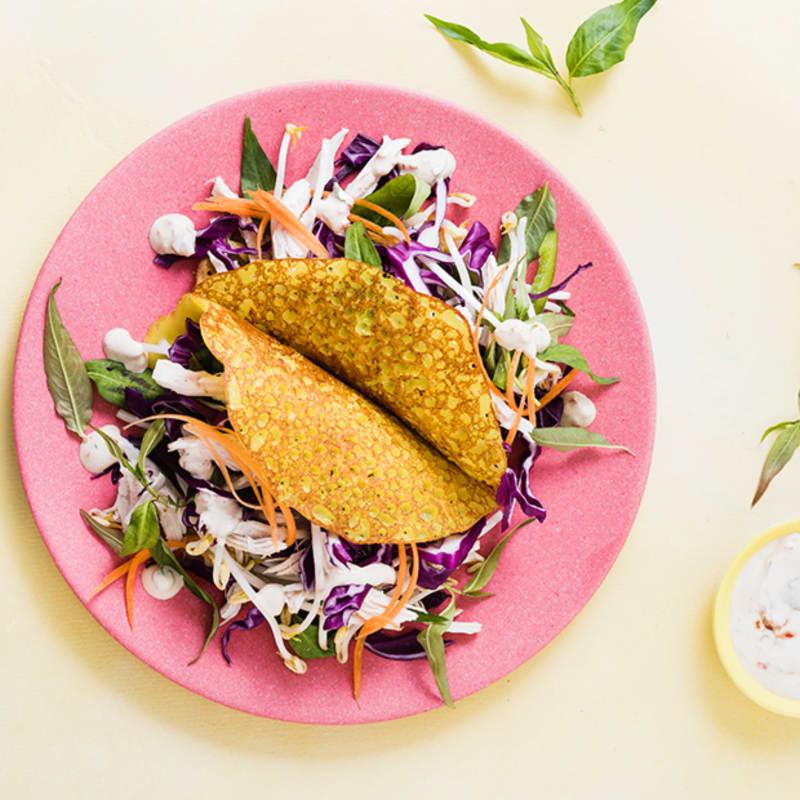 Crujientes panqueques con pollo y ensalada asiática