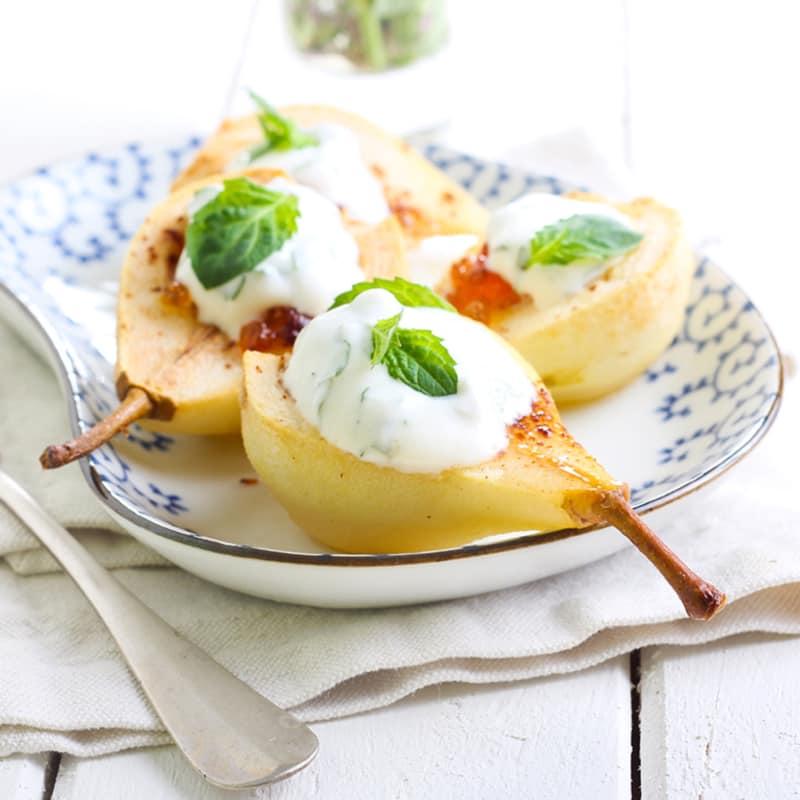 Peras cocinadas con yogur de menta