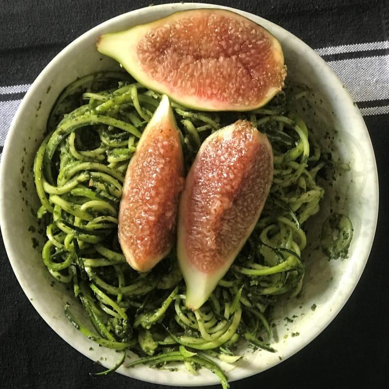 Zoodels spaghetti crudisti con pesto e fioroni