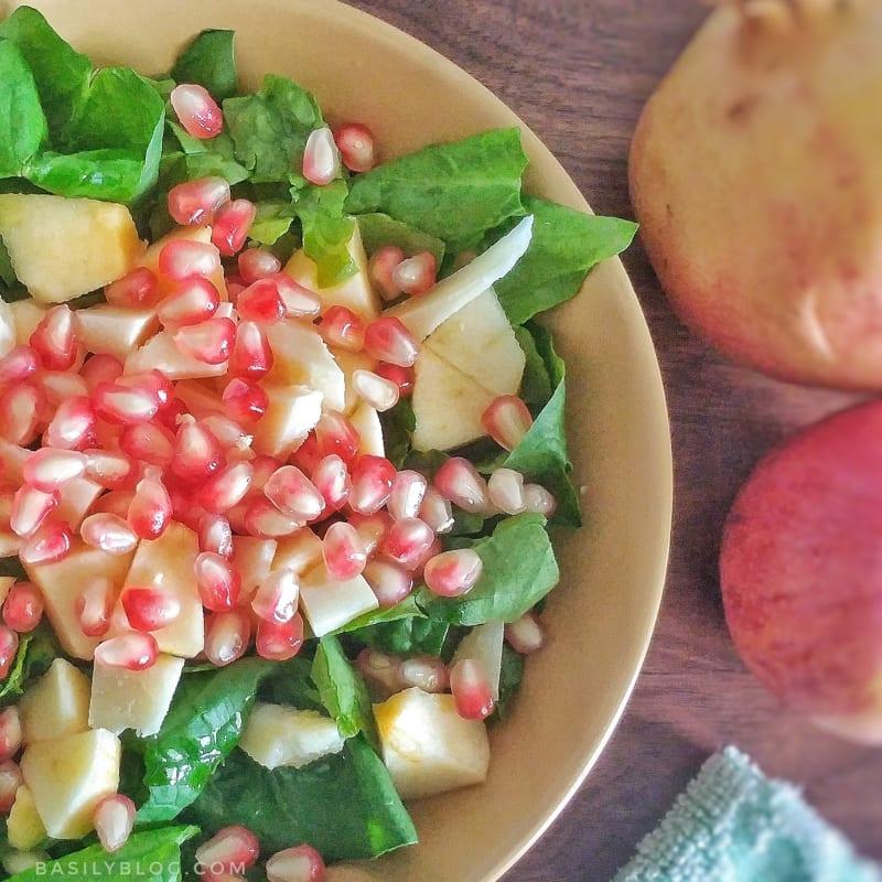 Insalata di spinaci con mele, melagrane e grana padano