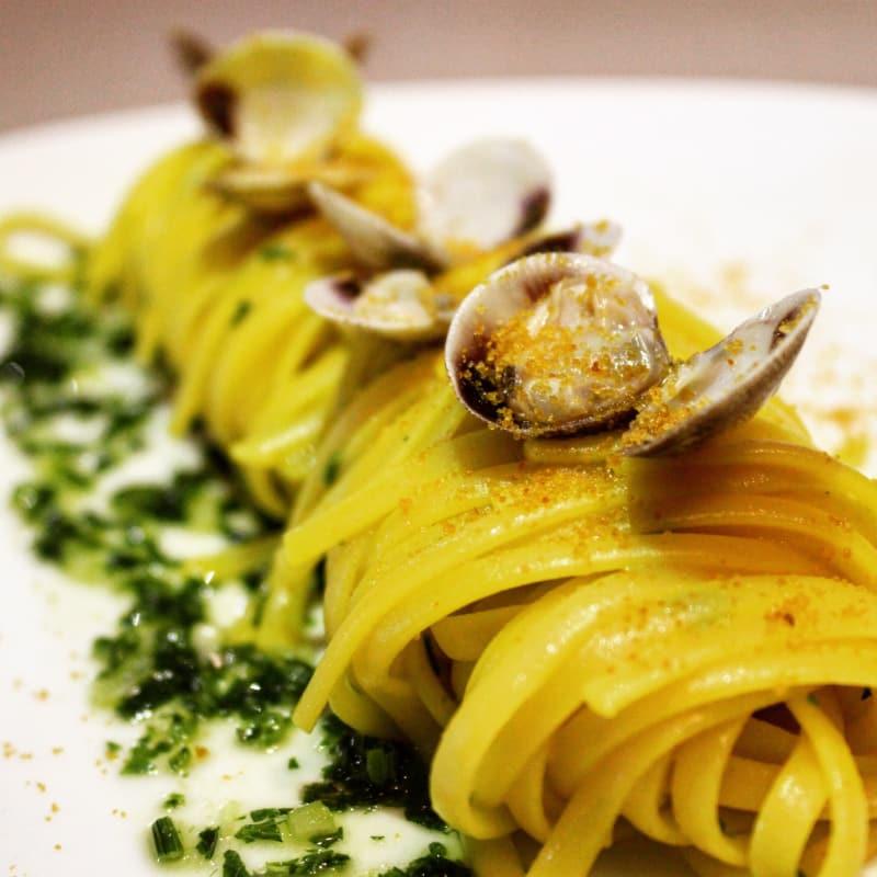 Spaghetti con vongole bottarga e zafferano