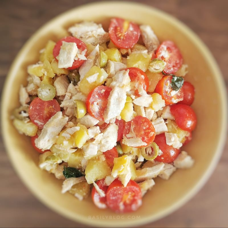 Insalata di tacchino, patate, pomodori e olive
