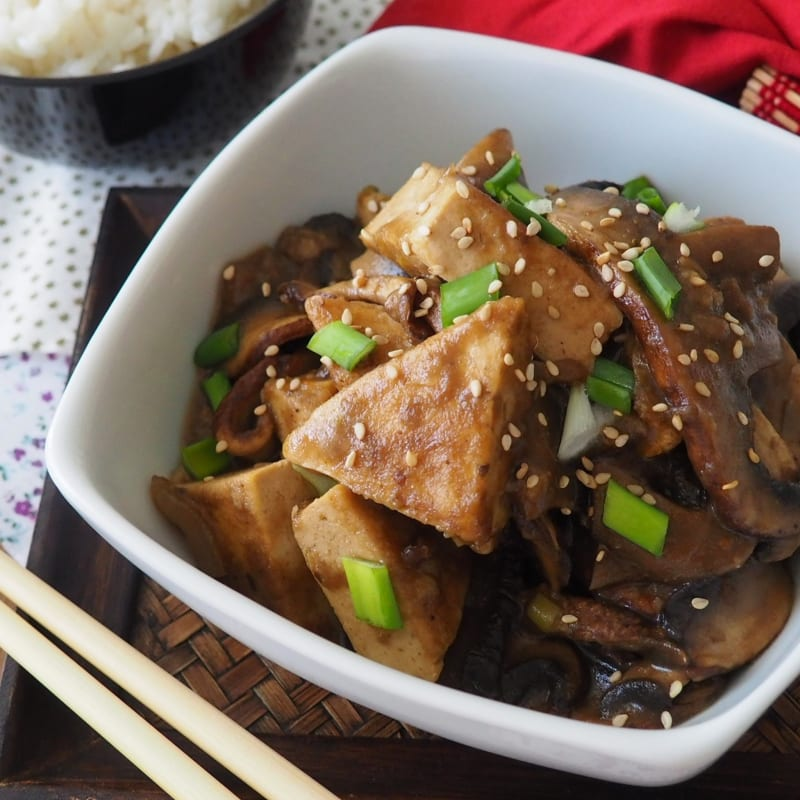Tofu perfumed with ginger and mushrooms