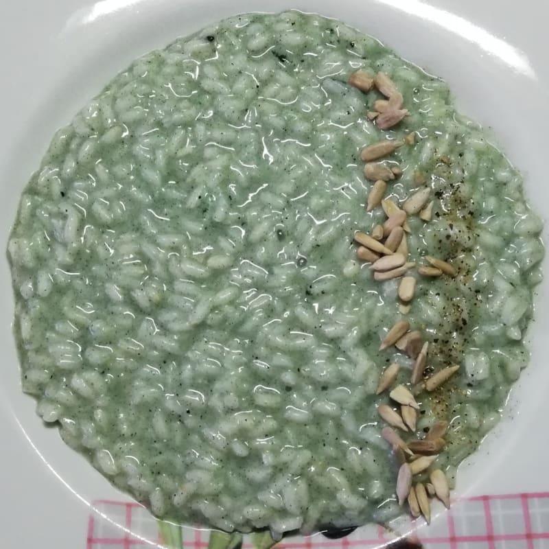 Risotto alla spirulina con semi di girasole