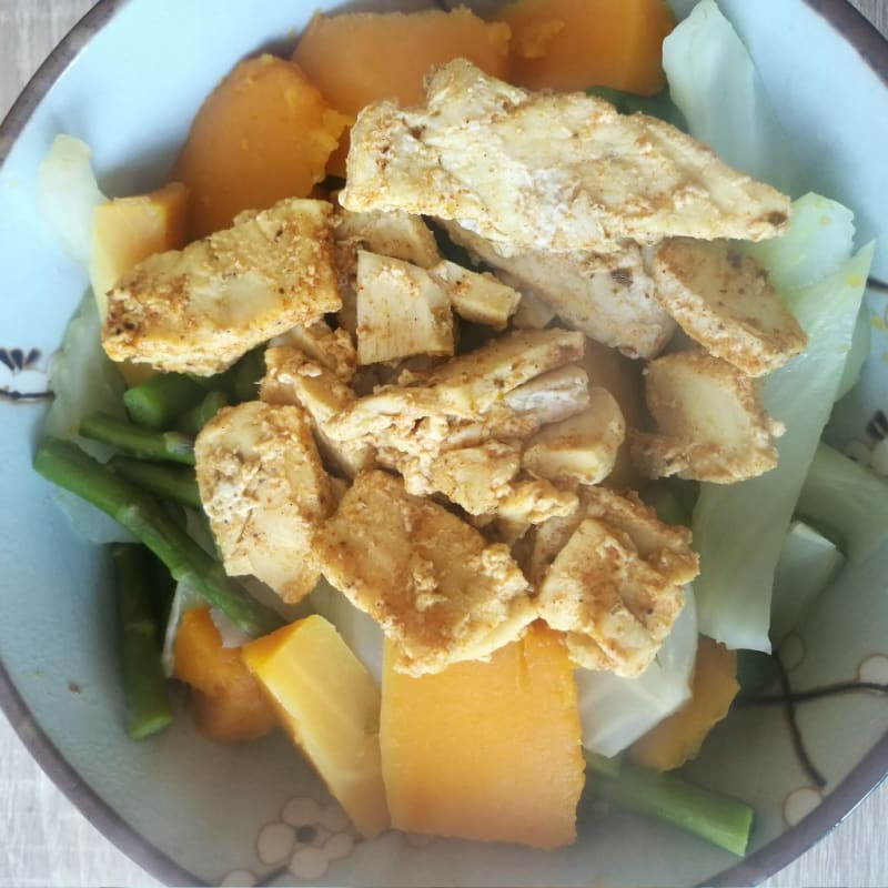 Tazón de Buda bajo en carbohidratos con pollo, espárragos, calabaza e hinojo