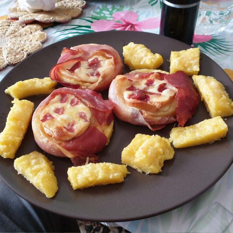 Medallones de polenta con mota y queso ahumado.
