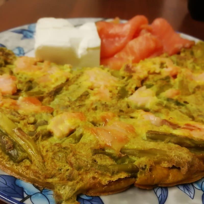 Frittata di asparagi con salmone e philadelphia