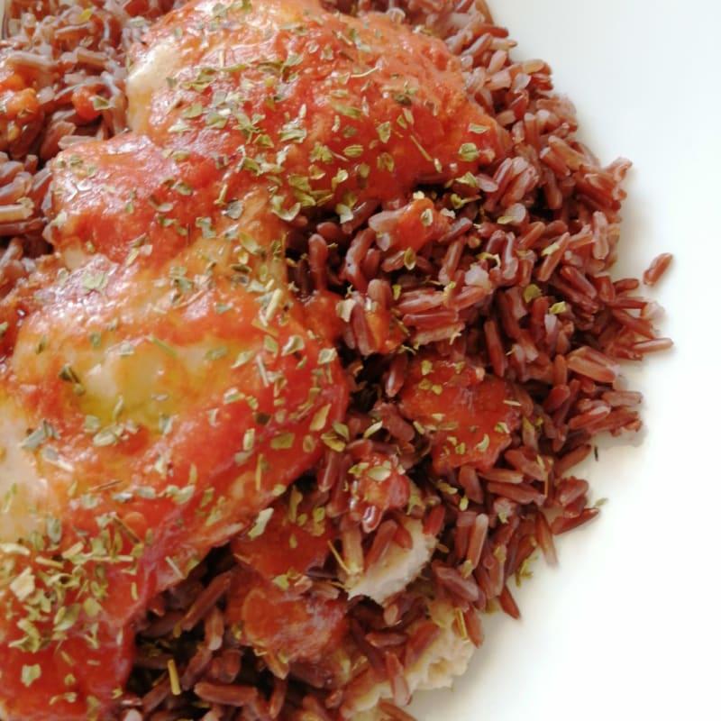 Arroz rojo similar a la pizza y el atún.