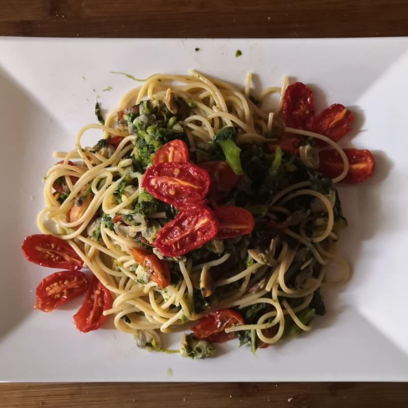 Espaguetis con brócoli, anchoas y tomates cherry confitados.