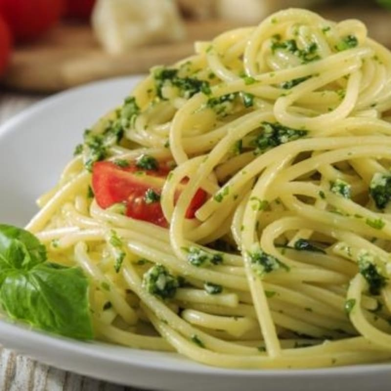 Espaguetis con pesto y tomates cherry