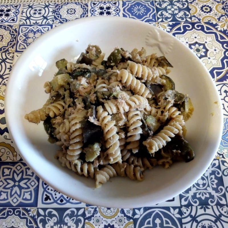 Summer fusilli with vegetables and tuna