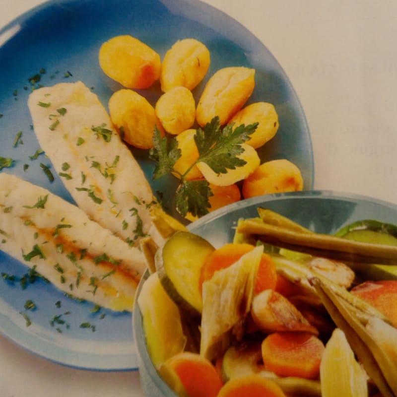 Bacalao y verduras al vapor con patatas nuevas al horno