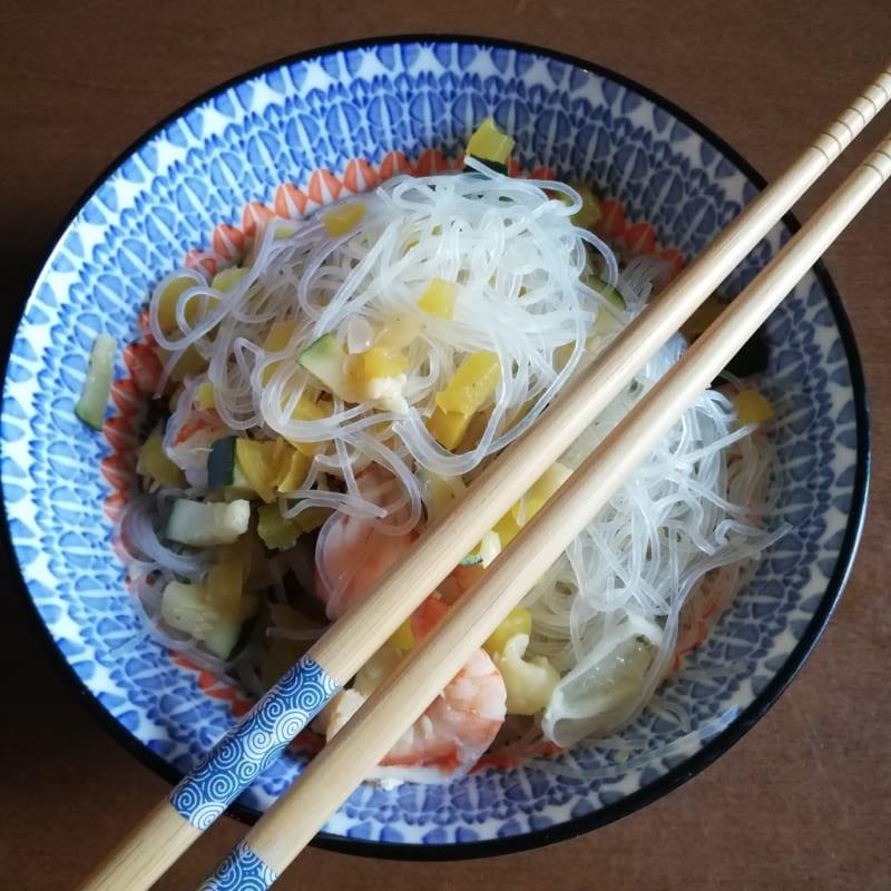 Fideos de arroz con verduras y langostinos
