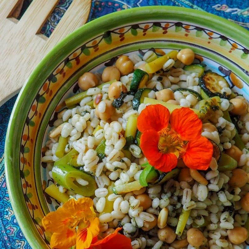 Ensalada templada de cebada con calabacín y judías verdes