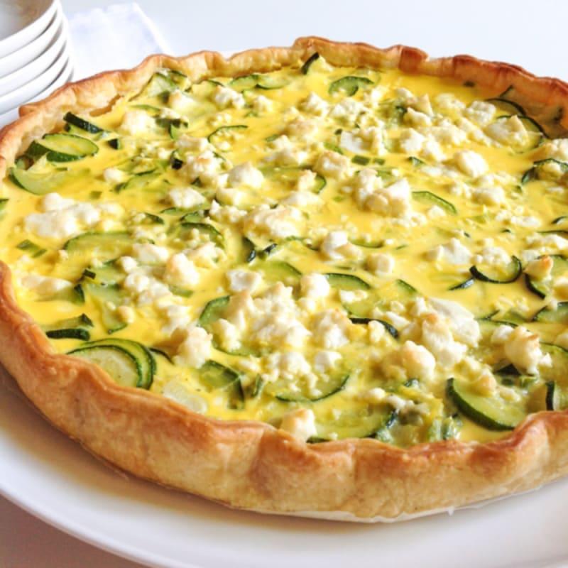 Pastel salado con calabacines, queso feta y salami