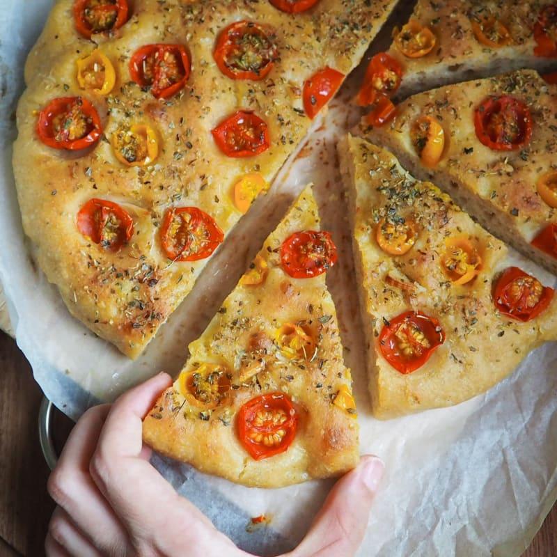 Focaccia semintegrale con pomodorini e aglio
