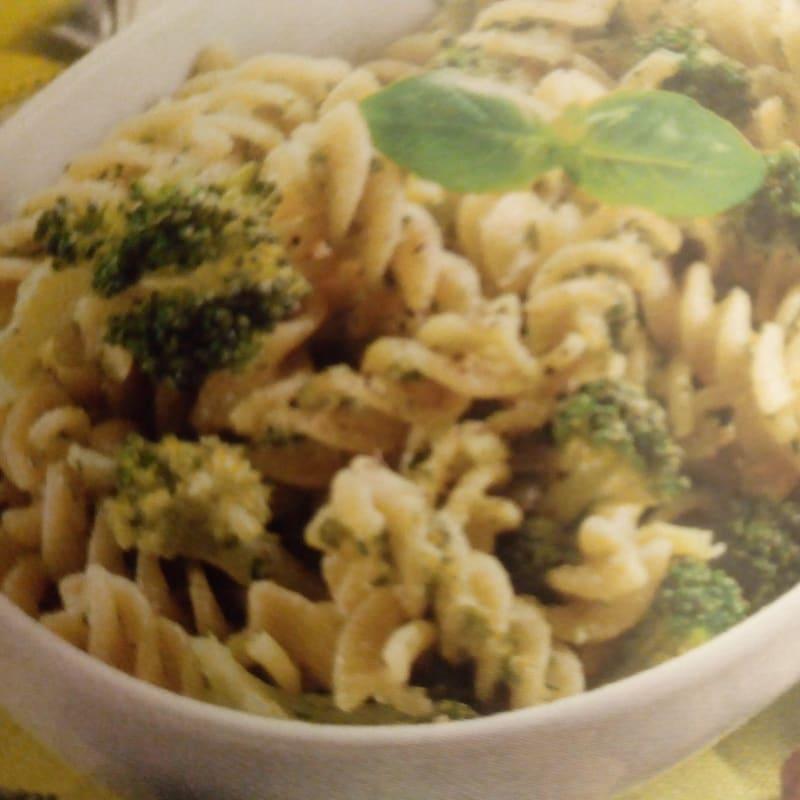 Fusilli con almendras y brócoli