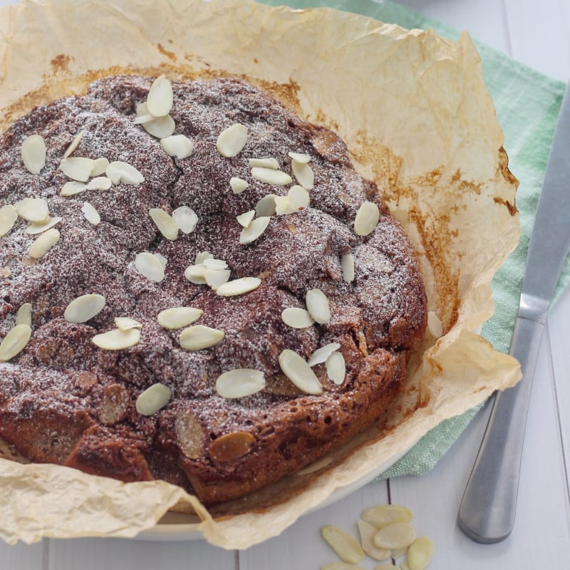 Torta morbida con gianduia e mandorle tostate