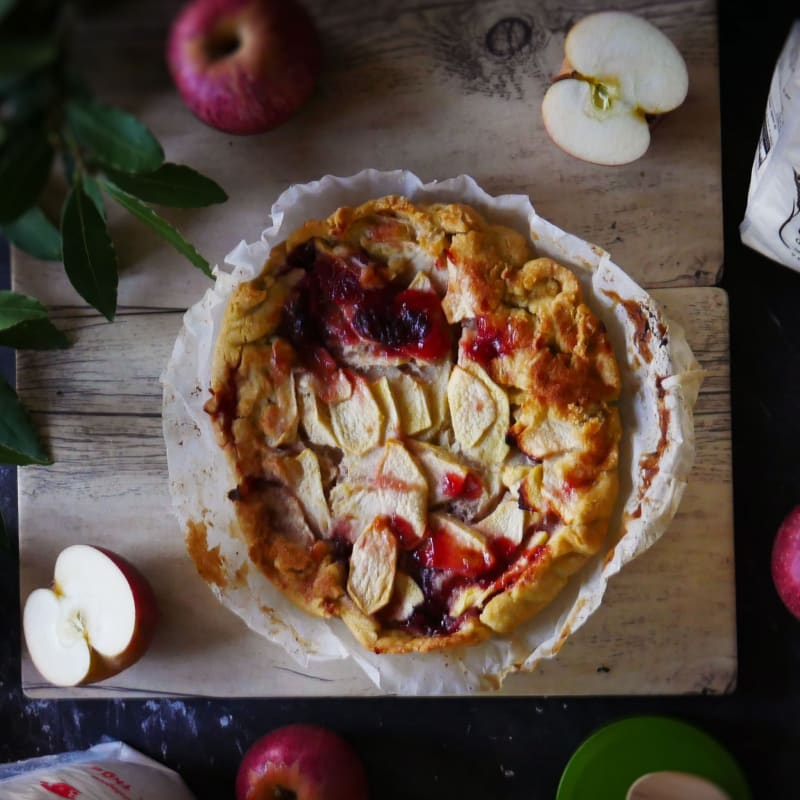 Gluten-free tart with apples and plum jam