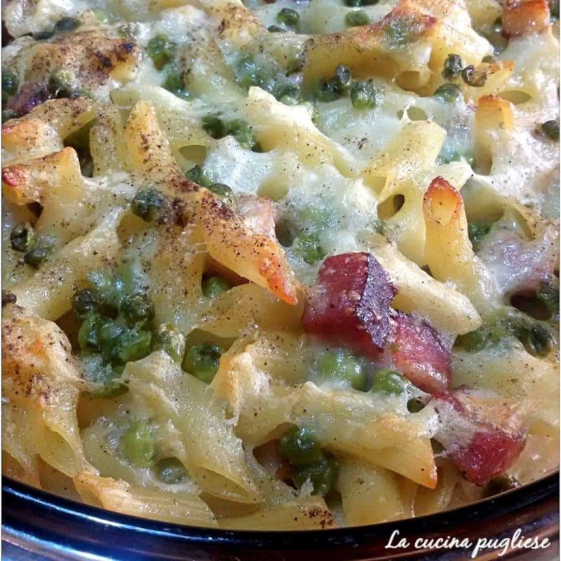 Pasta al forno con piselli, pancetta e mozzarella
