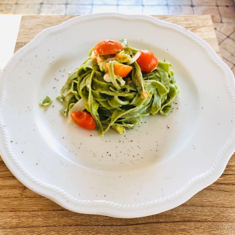 Tagliatelle verdi con cipolla di Tropea, pomodorini e fiori di zucca