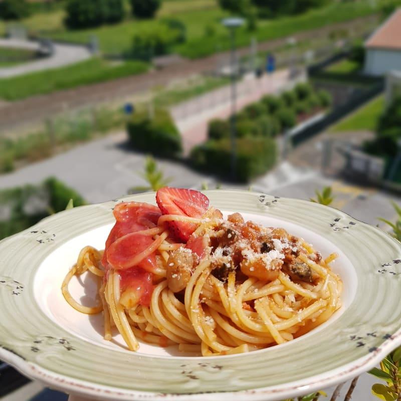 Spaghetti ai frutti di mare e salsa di fragole